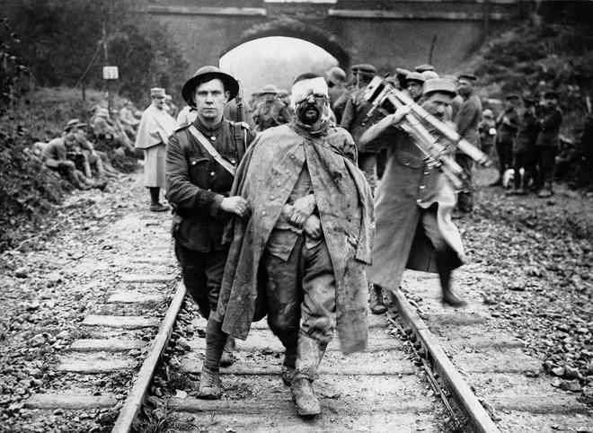 8-british-soldier-with-prisoner